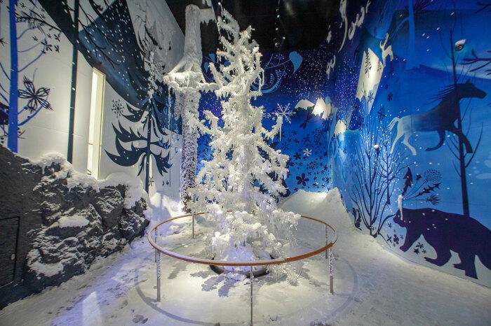 Хрустальное дерево – один из экспонатов Swarovski Crystal Worlds. /Фото: kristallwelten.swarovski.com
