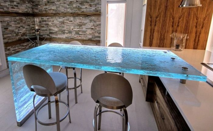 Эпоксидная смола на столе или столешнице также смотрится очень эффектно. /Фото: i.pinimg.com