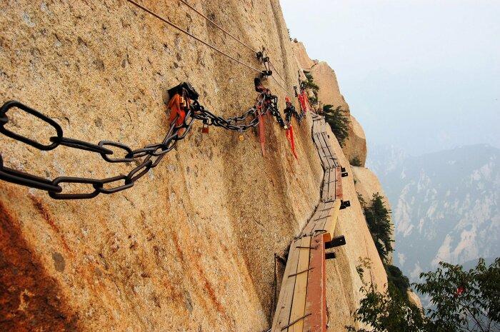 Не каждый рискнет пройти по узким доскам над пропастью. /Фото: oddviser.com