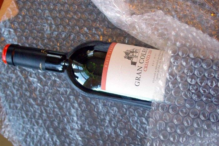 Положив в продуктовую сумку немного пленки можно избежать досадных проблем. /Фото: proturizm.club