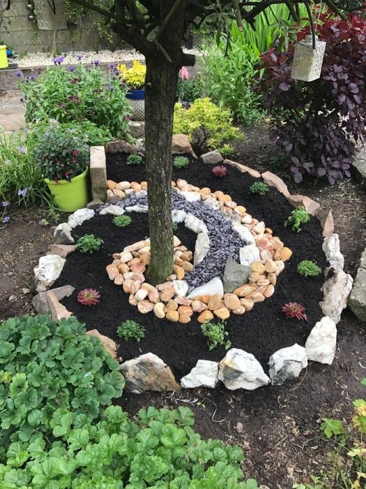 Красивая клумба для украшения дачного участка. /Фото: gagohome.com