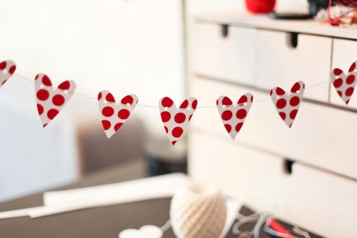 Такое украшение легко делать, но прослужит оно меньше, чем картонное. /Фото: ic.pics.livejournal.com