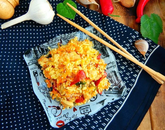 Популярная в Китае рисовая каша с жареной курицей и имбирем. /Фото: static.1000.menu