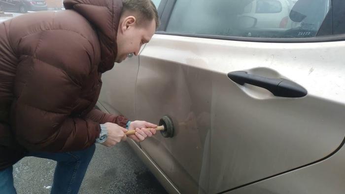 С помощью вантуза можно с легкостью убрать вмятину самостоятельно. /Фото: i.ytimg.com