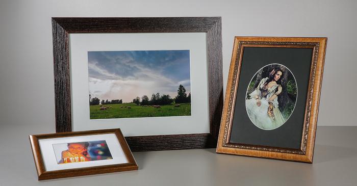Канцелярские резинки помогут расположить фотографию в рамке гораздо аккуратнее и ровнее. /Фото: blog.photopoint.ee