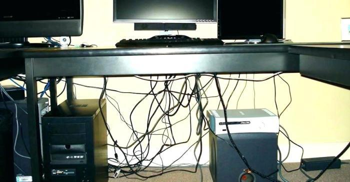 Скрыть кабели за столами поможет одна простая хитрость. /Фото: fudena.co