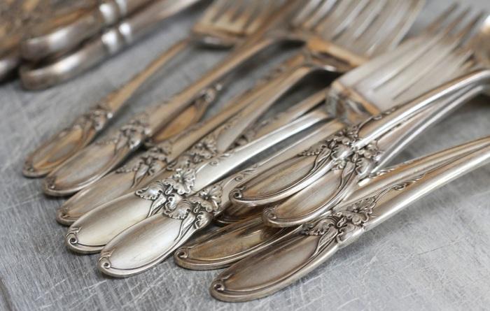 Благодаря простому средству, которое есть в большинстве холодильников, можно быстро почистить столовые приборы. /Фото: casafacile.it
