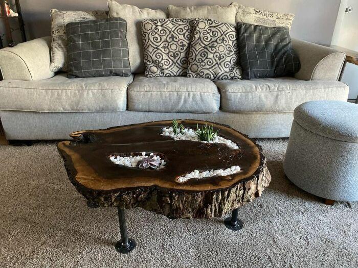 Стол из слэба в сочетании с суккулентами – настоящий островок природы в комнате. /Фото: instagram.com