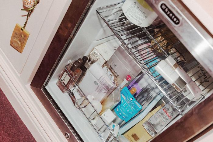 Крем для глаз в холодильнике будет чувствовать себя отлично. /Фото: cheekycomplexion.com