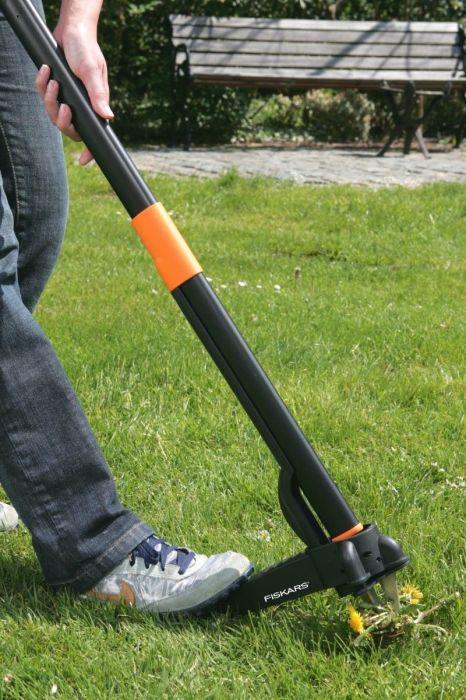 С инструментом Fiskars Xact Weed Puller удалять сорняки станет проще простого. /Фото: i.ebayimg.com