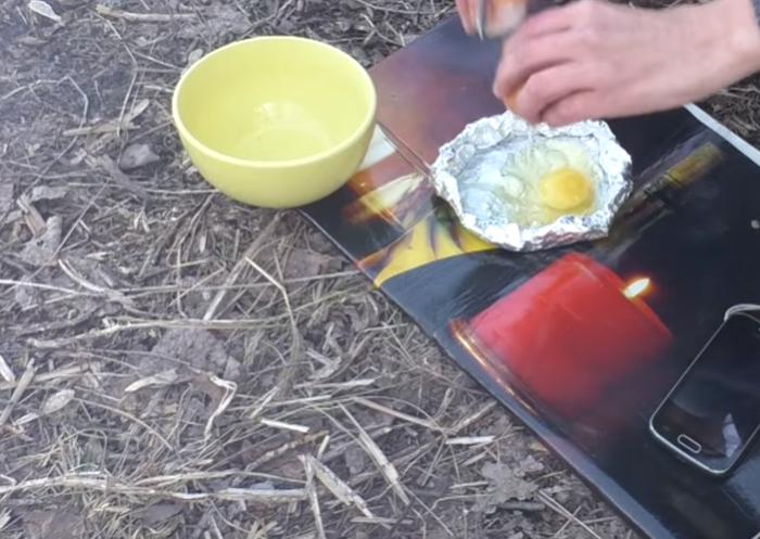Таким же образом можно приготовить яичницу на костре.
