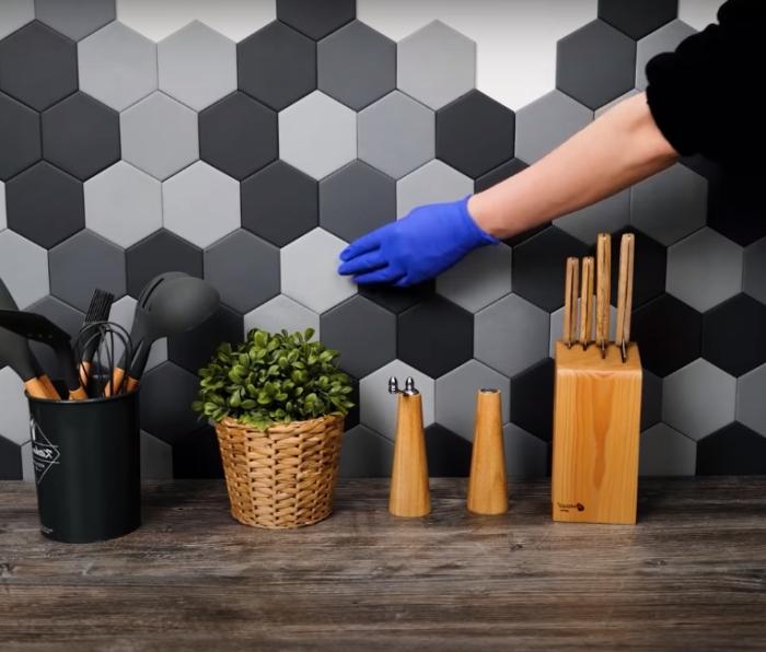 Такую красивую плитку можно изготовить самостоятельно. /Фото: youtube.com