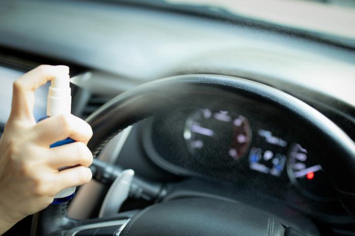 Своевременная чистка сенсорных дисплеев в автомобиле — еще один шаг для защиты вас от вируса. /Фото: lohono.com