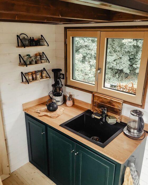 Даже в маленьких домах удобная кухня, где есть все необходимое для жизни и готовки. /Фото: picsbrowse.com