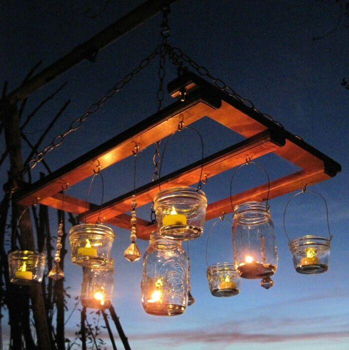 Создать волшебную обстановку в саду помогает приятный уютный свет. /Фото: i.pinimg.com