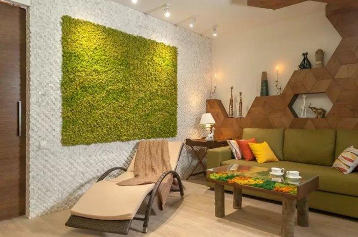 Красивое сочетание зеленого панно на стене и столика с разноцветным мхом. /Фото: i1.photo.2gis.com