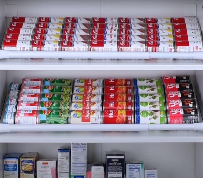 С таким расположением хранить консервы в шкафу будет гораздо удобнее. /Фото: youtube.com