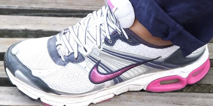 Отверстия в спортивной обуви – не предмет декора, а функциональная деталь.