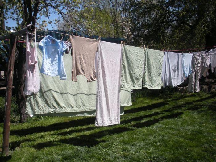 В большинстве случаев вывешивание одежды на улице — недостаточная мера. /Фото: cdn-brilio-net.akamaized.net