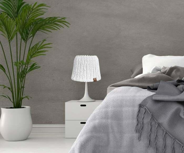 Вязаный декор на лампе делает комнату уютнее. /Фото: i.etsystatic.com