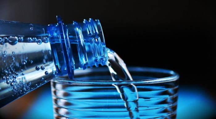 На повторно использованной бутылке может быть много микробов. /Фото: aroundprague.cz