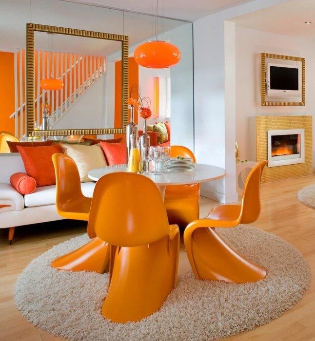 Солнечный оранжевый — яркое украшение темной комнаты. /Фото: avatars.mds.yandex.net