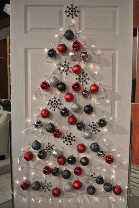 Отличное решение, когда в доме некуда поставить настоящую ель. /Фото: i.pinimg.com