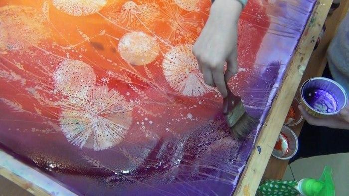 С помощью воска можно создать красивый рисунок на ткани. /Фото: i.ytimg.com