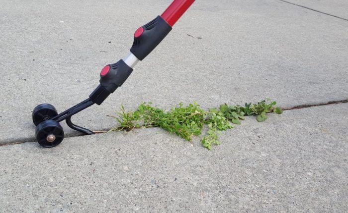 С помощью тяпки Weed Snatcher зазоры между плитками покрытия легко очищаются от сорняков. /Фото: cdn.thegrommet.com