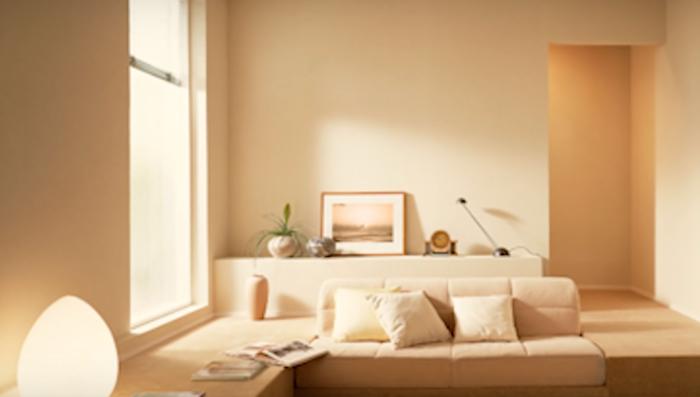 Свело-бежевые обои визуально увеличивают пространство квартиры.