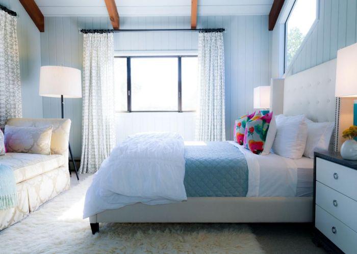 Классическое сочетание белого и голубого — идеальный вариант для оформления спальни. /Фото: i.pinimg.com