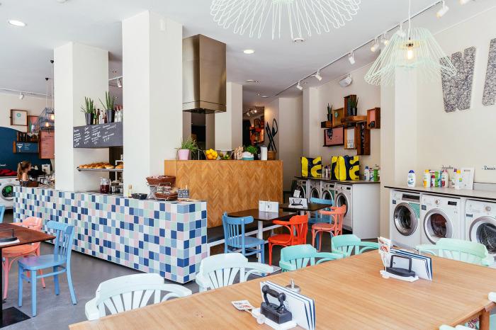 В этом баре-прачечной можно приятно провести время, пока постирается белье. /Фото: lageorgienne.com