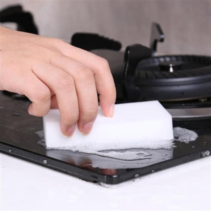 Меламиновая губка помогает быстро справляться даже со сложными загрязнениями. /Фото: mlstatic.com