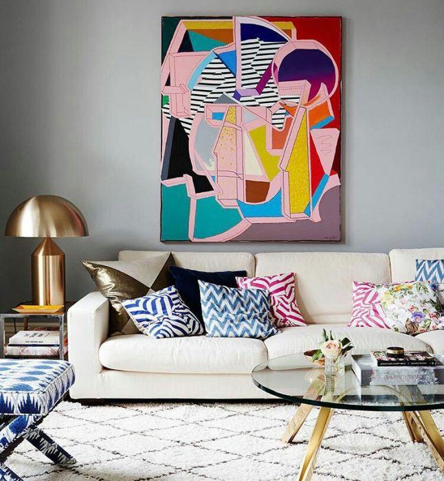 Посмотрите, как деликатно происходит проникновение абстрактной живописи в интерьер. Сглаживанию контрастов способствуют повторяющиеся узоры на подушках дивана. Форма торшера также продолжает направление, заданное в рисунке. /Фото: i.pinimg.com