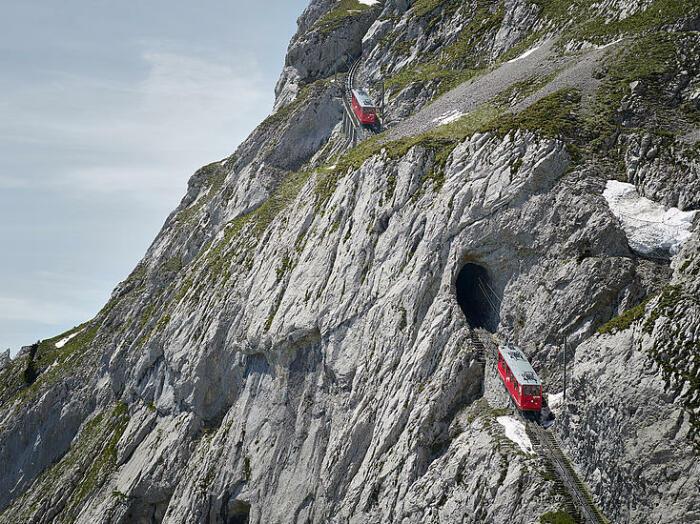 Крутизна дороги поражает до глубины души. /Фото: pilatus.ch