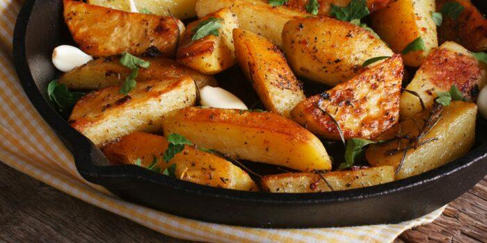 Аппетитная поджаренная картошечка в духовке получается даже лучше, чем на плите. /Фото: today.ua