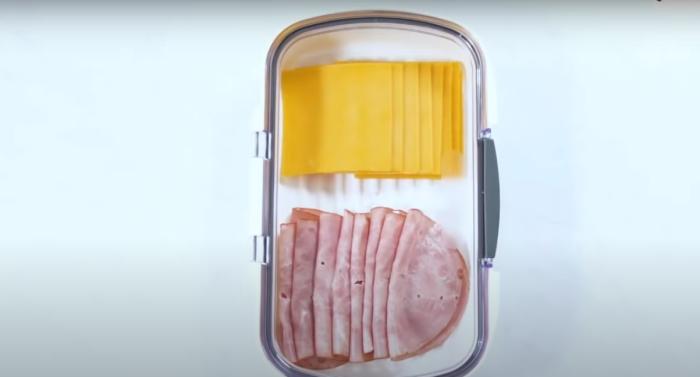 В таком контейнере крайне удобно хранить мясо и рыбу. /Фото: youtube.com