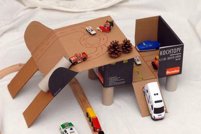 Играть со своими игрушками ребенок может прямо в коробке. /Фото: i.pinimg.com