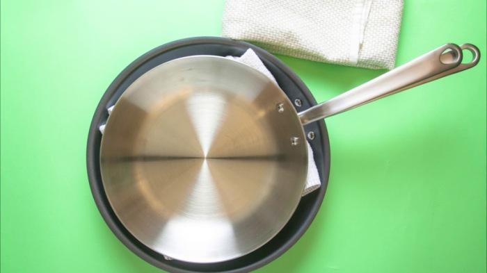 Сковородки можно переложить полотенцем, но бумажные тарелки более практичны. /Фото: i.ytimg.com