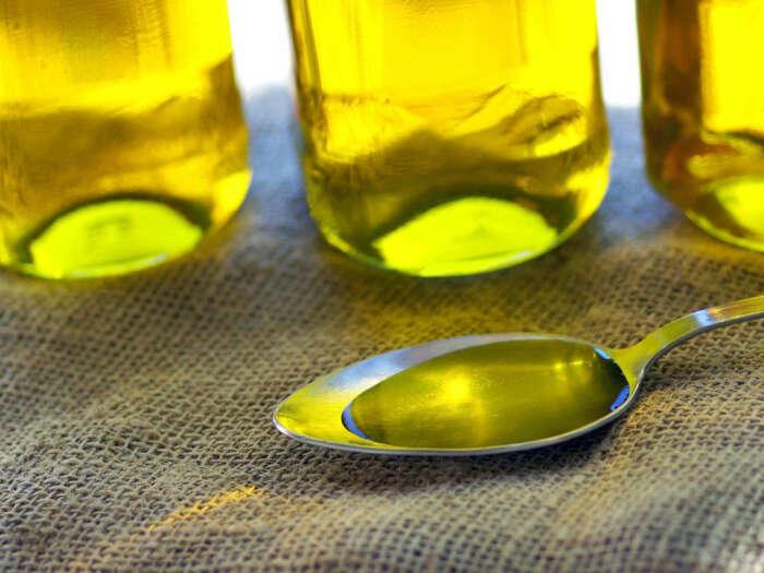 Кукурузный крахмал отлично убирает пролитое масло. /Фото: buzzfeed.de
