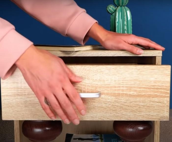 Небольшое дополнение к тумбе позволит сделать ее более функциональной. /Фото: youtube.com