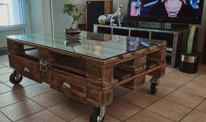 Из поддонов получаются очень стильные столики. /Фото: i.etsystatic.com