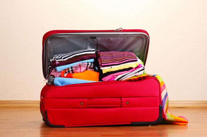 Чемоданы – еще один органайзер для хранения вещей. /Фото: lostintentions.com