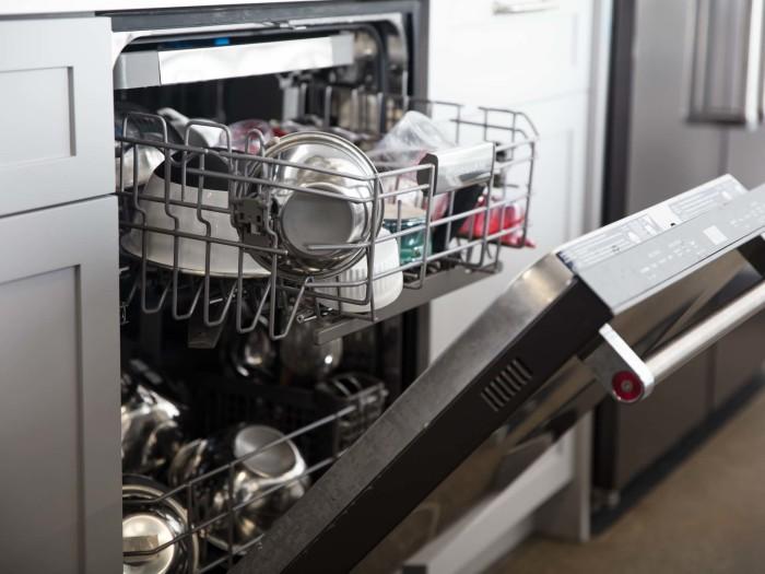 Мыть ножи лучше вручную. /Фото: i0.wp.com
