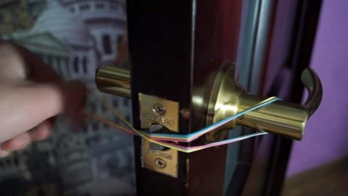 С помощью канцелярской резинки можно избежать громких звуков и блокировки двери. /Фото: polsov.com