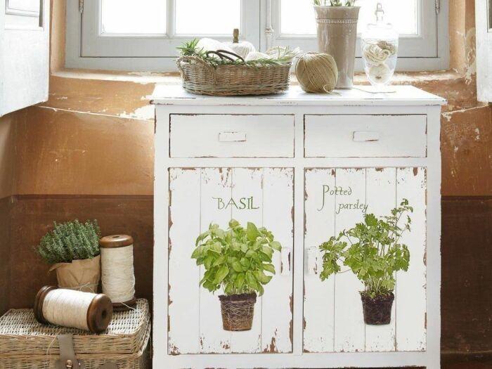 В кухне очень красиво будет смотреться шкаф с тематическими рисунками. /Фото: i.pinimg.com