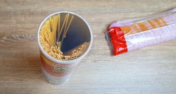 Тубы из-под чипсов пригодятся для хранения спагетти. /Фото: youtube.com