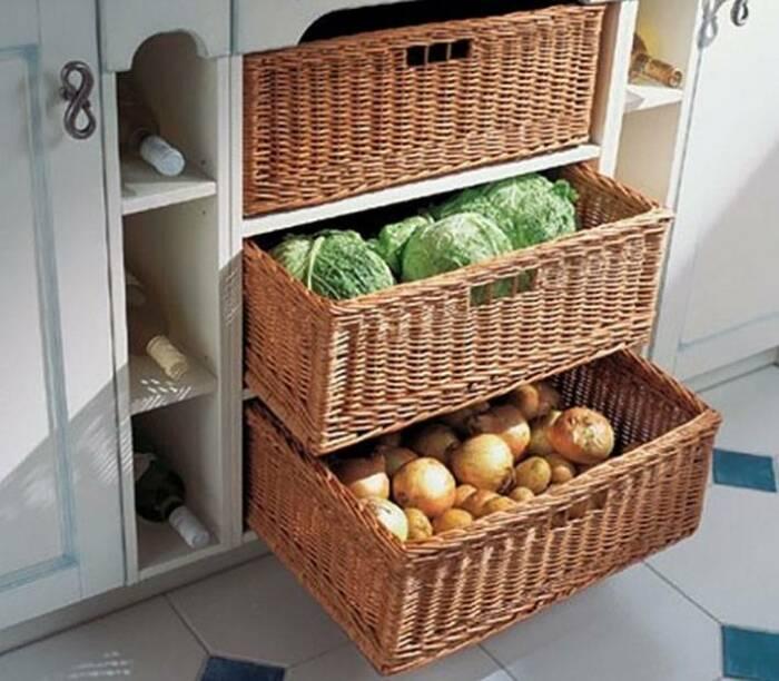 Плетеные корзины для хранения достаточно вместительные и гармонично вписываются в зеленый антураж. /Фото: seattlehelpers.org