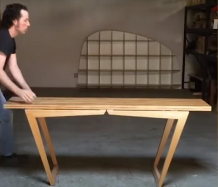Одним легким движением лавка преобразуется в обеденный стол. /Фото: youtube.com