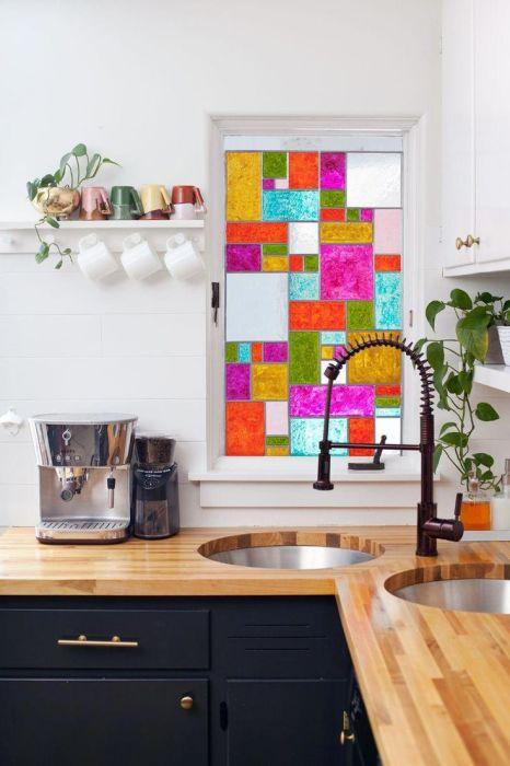 Окно в витражном стиле — яркое оформление вашей кухни. /Фото: i.pinimg.com